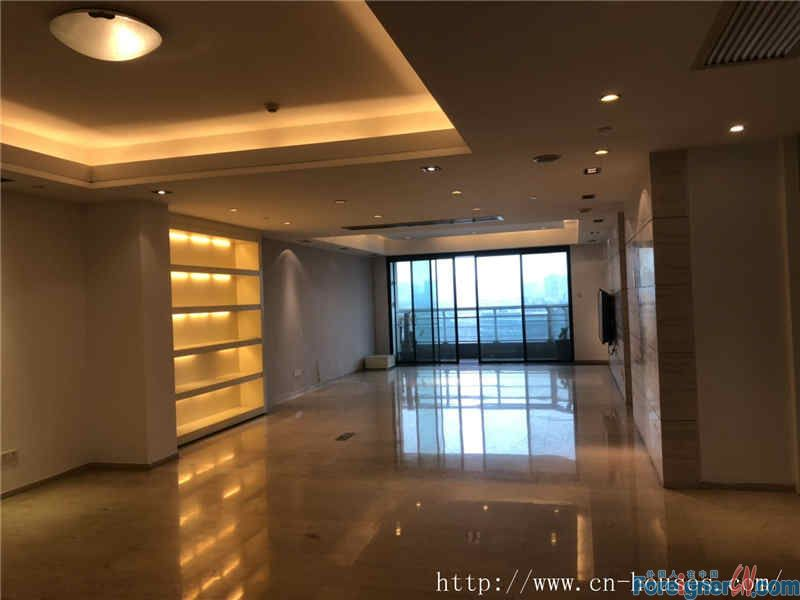 modern 4 bedrooms, facing river, very quietly, good location, near the subway Station.