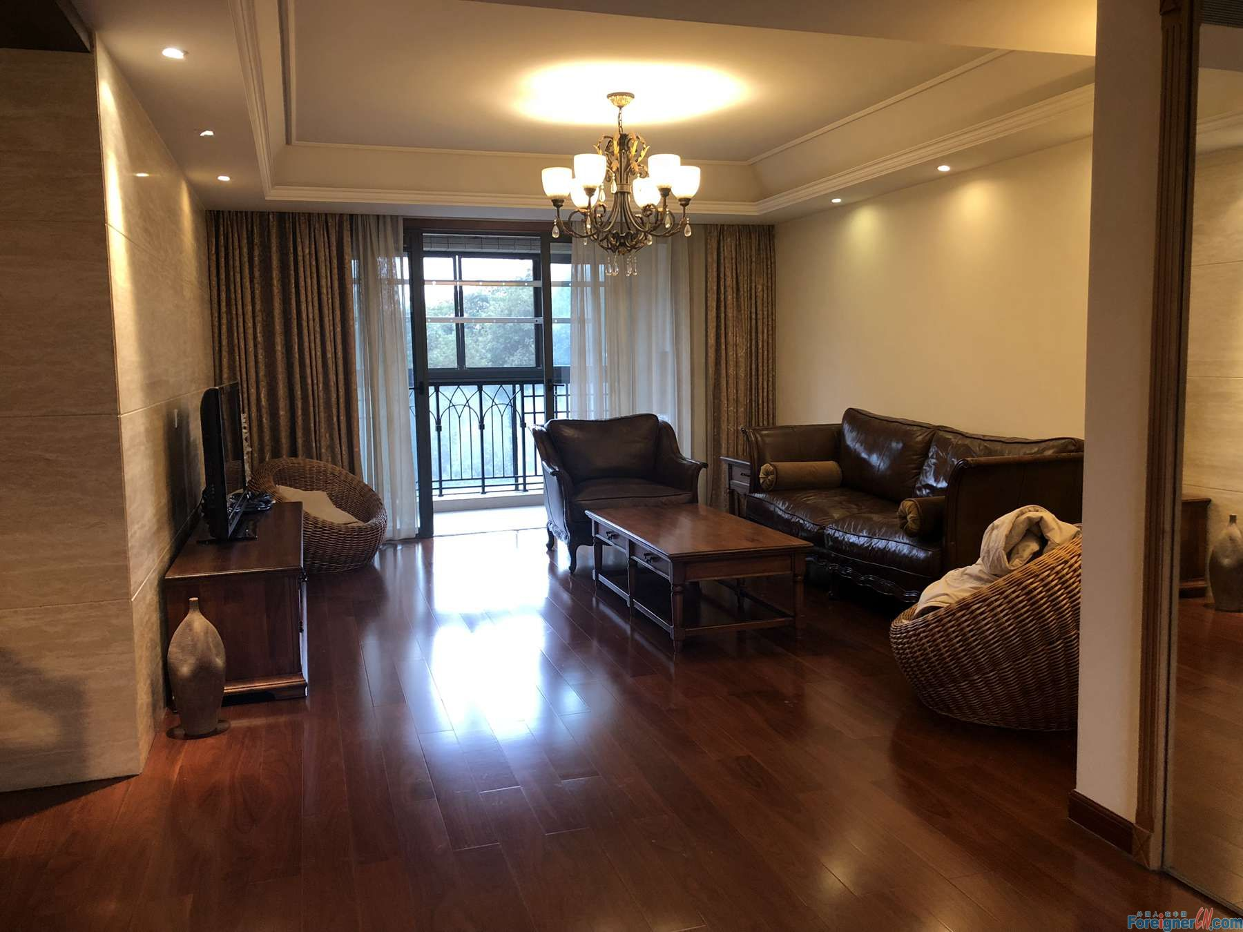Property/Residence Name: Lake-side Palace (Shenhu Road) Dwelling Layout: 3 bedrooms ,2 living rooms ,2 bathrooms  Decoration Grade: fully furnished / spacious Building Orientation: East/South Floor:22 Lift? Yes Gross Area: 150 square meters Furniture: r