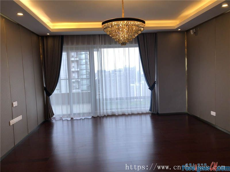 nice 4brs in Zhujiang New Town, high floor, facing garden, good wide view, nearby the metro station.