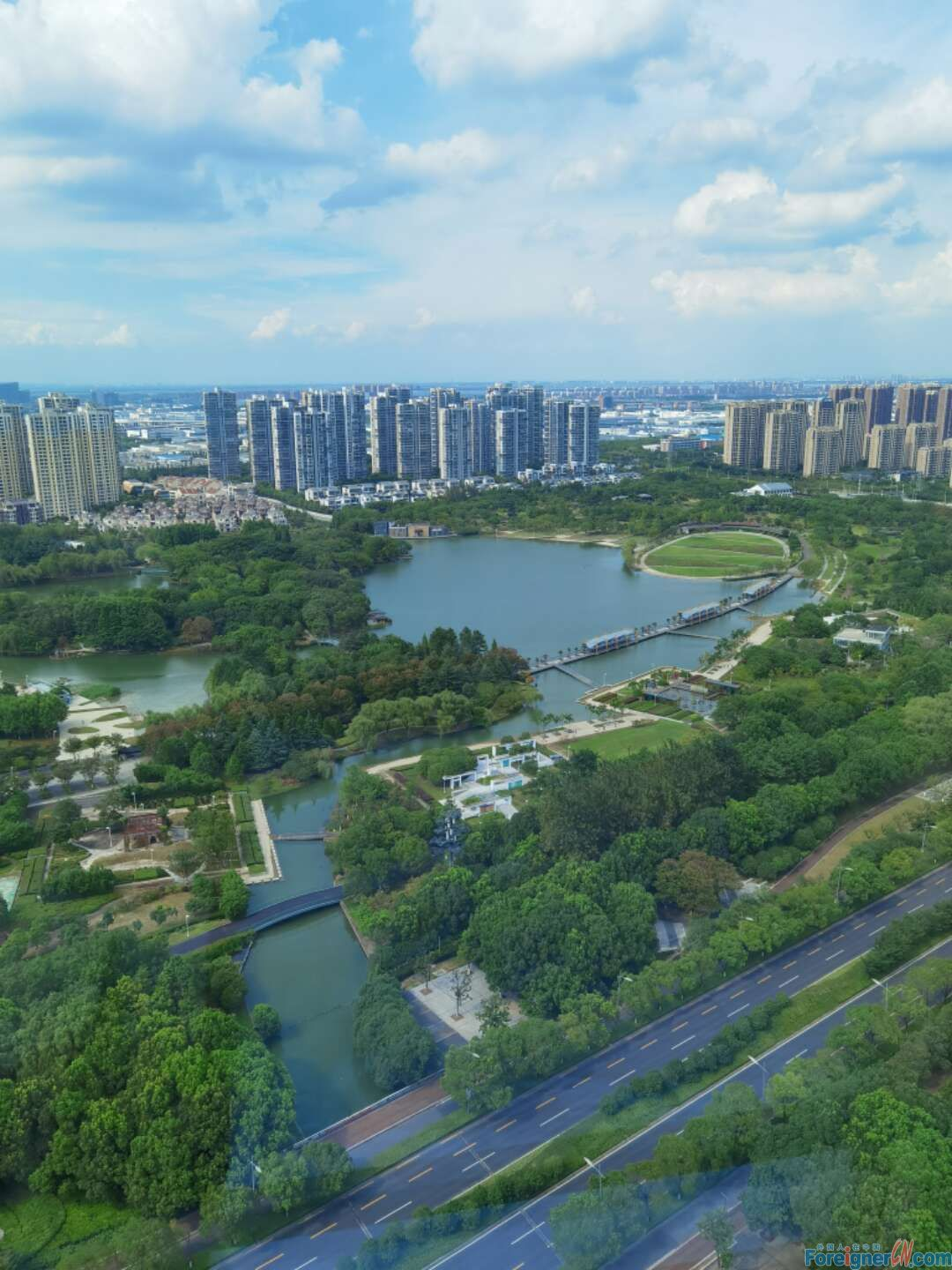 Great lake view/ Skyline Apartment/2brds&1 bath/Very close to Subway Line1 and Baitang Garden/Spacious and Clean/Modern western style